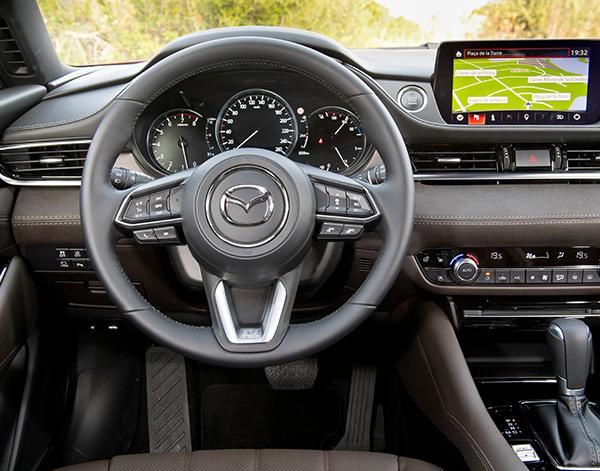 Mazda-6-Limousine-Interieur-Fahrer
