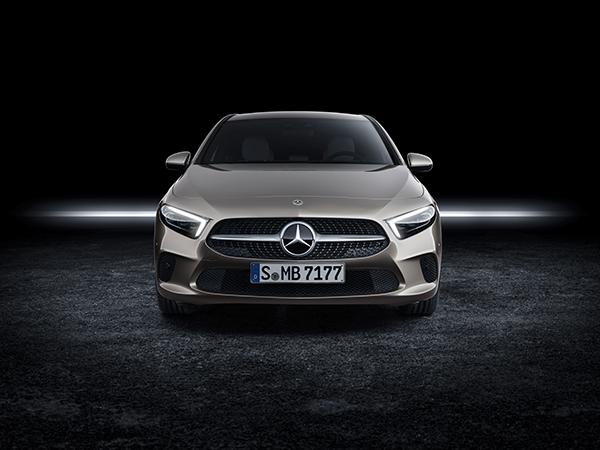 A-Klasse Limousine-Exterieur-Frontansicht-Mercedes-Benz-Scheinwerfer-Kühlergrill-Stern
