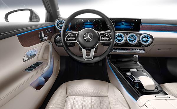 A-Klasse-Limousine-Interieur-Cockpit-Lenkrad-MBUX-Touchpad