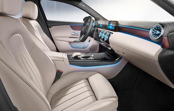 A-Klasse-Limousine-Vorderraum-Interieur-Lenkrad-Touchpad