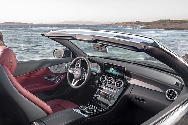 C-Klasse-Cabriolet-Interieur-Cockpit-Lenkrad-Mittelkonsole-Touchpad-Digital-Display-Mercedes-Benz