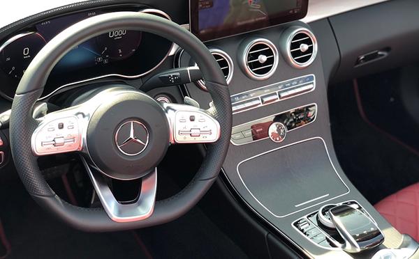 C-Klasse-Cabriolet-Interieur-Lenkrad-Mercedes-Benz-Touchpad-Mittelkonsole-Uhr-Digital-Cockpit