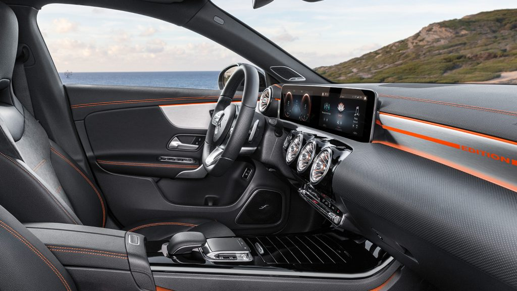 CLA-Coupe-Interieur-Cockpit-MBUX-Touchscreen-Touchpad-Meer-Küste