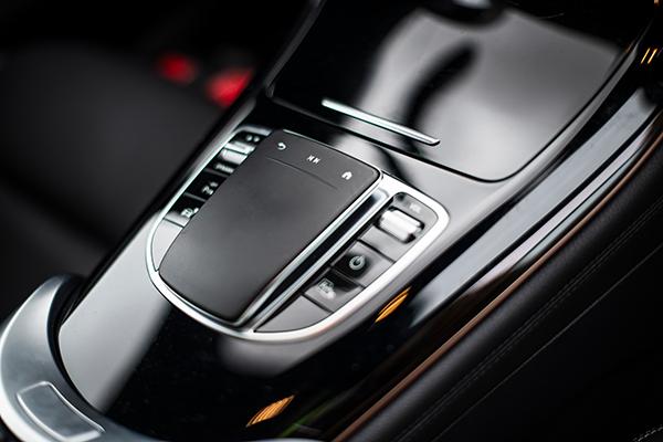 EQC-Interieur-Bedienelemente-Mercedes-Benz-Touchpad-Mittelkonsole