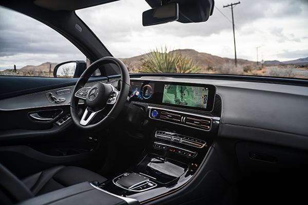 EQC-Interieur-Cockpit-Mercedes-Benz-Bedienelemente-Lenkrad-Cockpit-Touchpad
