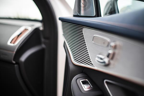 EQC-Interieur-Zierleiste-Mercedes-Benz-Tür