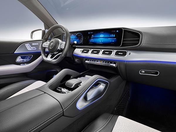 GLE-SUV-Interieur-Cockpit-Mercedes-Benz-Lenkrad-Touchpad-MBUX-Bedienelemente-Multimedia-Mittelkonsole