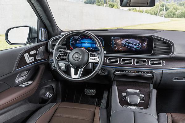 GLE-SUV-Interieur-Fahrersitz-Mercedes-Benz-Bedienelemente-Multimedia-Lenkrad-Touchpad