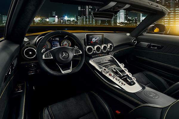 AMG-GT-Roadster-Interieur-Cockpit-Mittelkonsole-Mercedes-Benz-Bedienelemente-Zierleiste-Multimedia