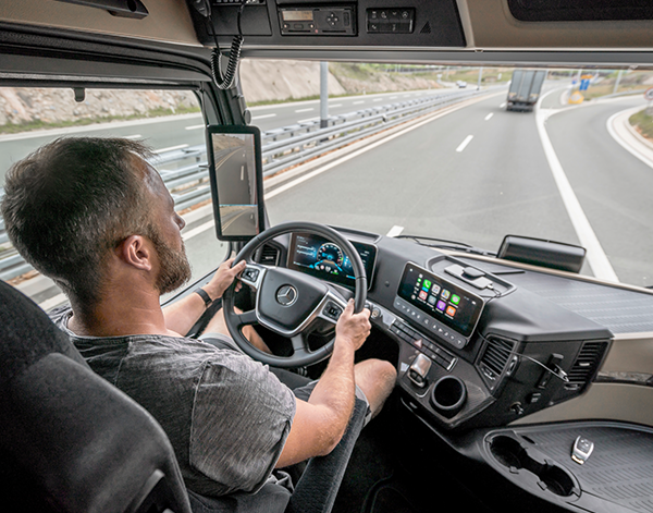 Actros-Interieur-Cockpit-Truck-Mercedes-Benz-Multimedia-Mirror-Cam-Bedienelemente