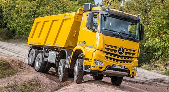Actros-Bau-Exterieur-gelb-Gelände-Frontansicht