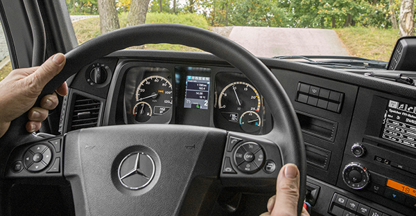 Arocs-Interieur-Lenkrad-Bedienelemente-Mercedes-Benz-Truck-Multimedia