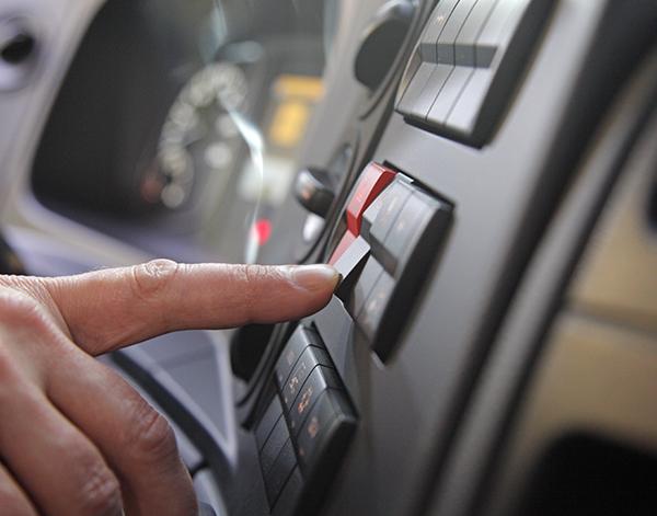Atego-Verteiler-Interieur-Armatur-Mercedes-Benz-Bedienelemente