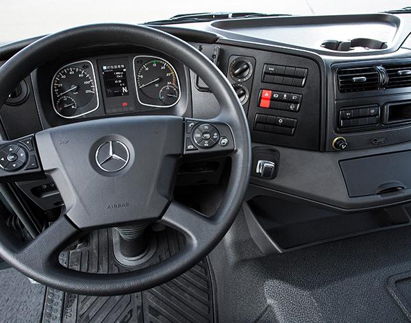 Atego-Verteiler-Interieur-Cockpit-Mercedes-Benz-Kombiinstrument