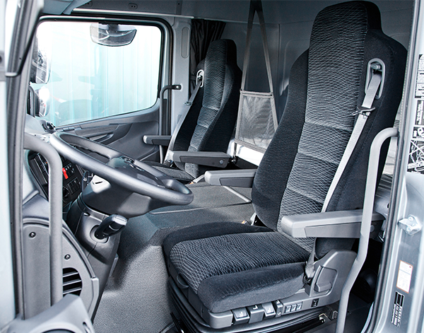 Atego-Verteiler-Interieur-Sitzbank-Fahrerhaus-Mercedes-Benz-Lenkrad