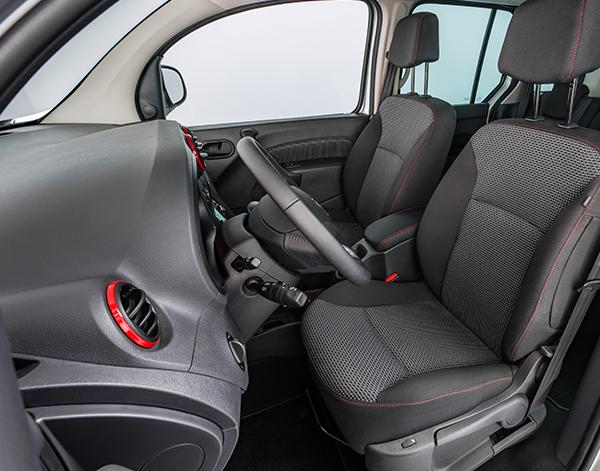 Citan-Tourer-Interieur-Cockpit-Fahrersitz-Mercedes-Benz-Lenkrad-Bedienelemente