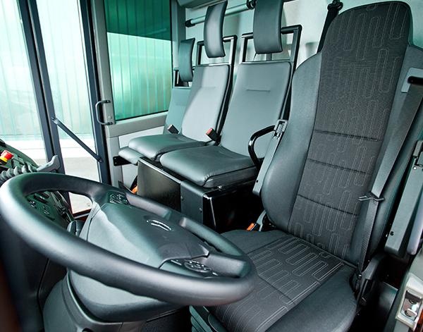 Econic-Interieur-Fahrersitz-Lenkrad-Mercedes-Benz-Fahrersitz