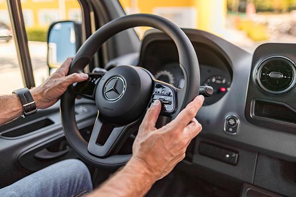 Sprinter-Kastenwagen-Interieur-Cockpit-Lenkrad-Multimedia-Multifunktionslenkrad-Bedienelemente-Meredes-Benz