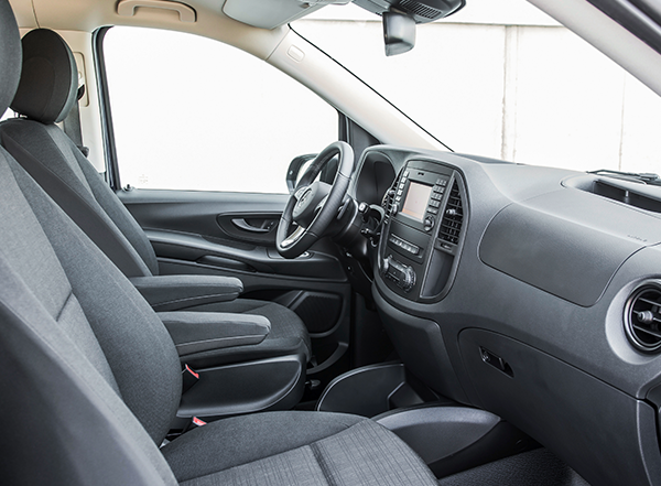 Vito-Mixto-Interieur-Cockpit-Bedienelemente-Vordersitze-Mercedes-Benz-Lenkrad