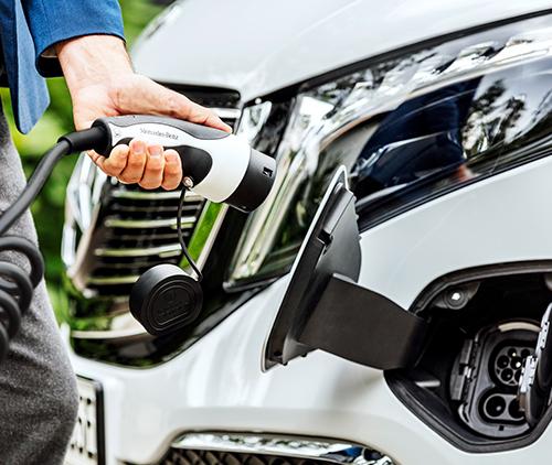 Mercedes-Benz-EQV-Exterieur-Ladekabel-Ladestation-Stecker